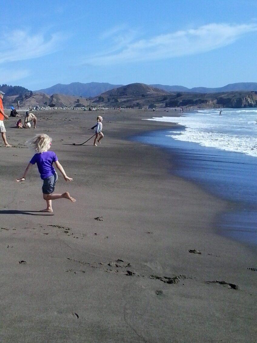 Voir Zoé jouer avec les vagues du Pacifique