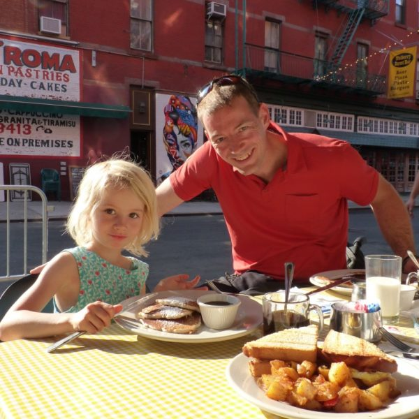 Zoé mange des Pancakes à Little Italy